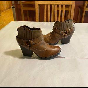 BOC Born Carmel harness brown booties sz7.5